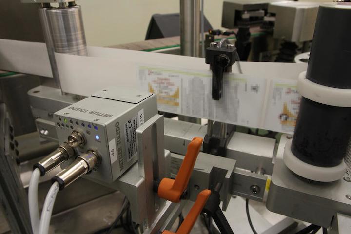 Los juegos de serialización de PCE producen etiquetas serializadas, que son inspeccionadas por una cámara inteligente del mismo fabricante.
