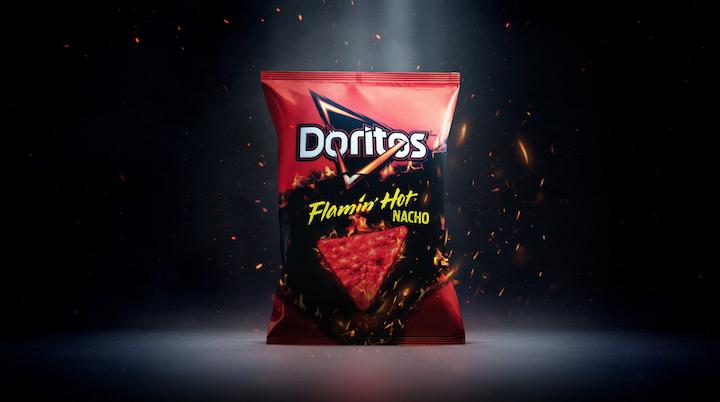 Doritos Flamin' Hot Nacho, la nueva referencia de PepsiCo, viene en flexibles de colores rojo y negro, de 9.75 oz. y 3.125 oz. Foto cortesía de PepsiCo