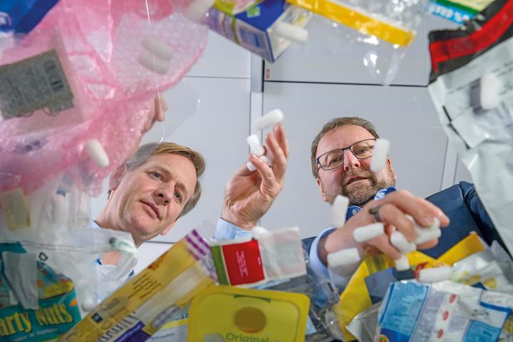 Dr. Andreas Kicherer, experto en sustentabilidad de BASF, y Dr. Stefan Gräter, director de ChemCycling, discuten acerca de los distintos tipos de residuos plásticos y de su reciclaje.