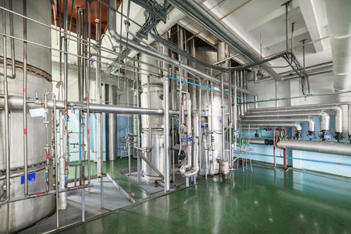 El diseño higiénico de los equipos en las plantas de procesamiento es crucial.