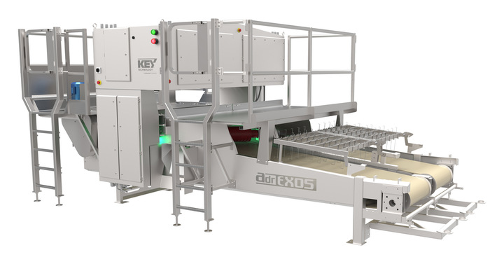 El sistema ADR EXOS inspecciona tiras de papas defectuosas que son rechazadas de un clasificador digital.