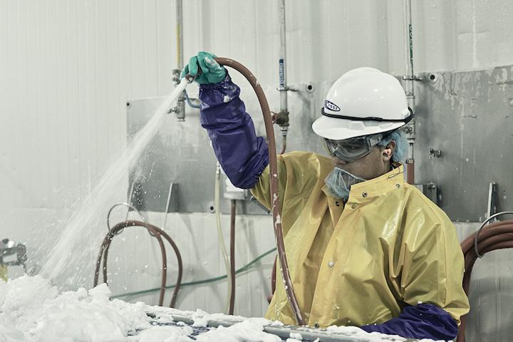 Los gerentes de sanidad deberían conducir verificaciones visuales para asegurar que las espumas y aerosoles químicos se apliquen de forma segura y apropiada. Foto cortesía de PSSI.
