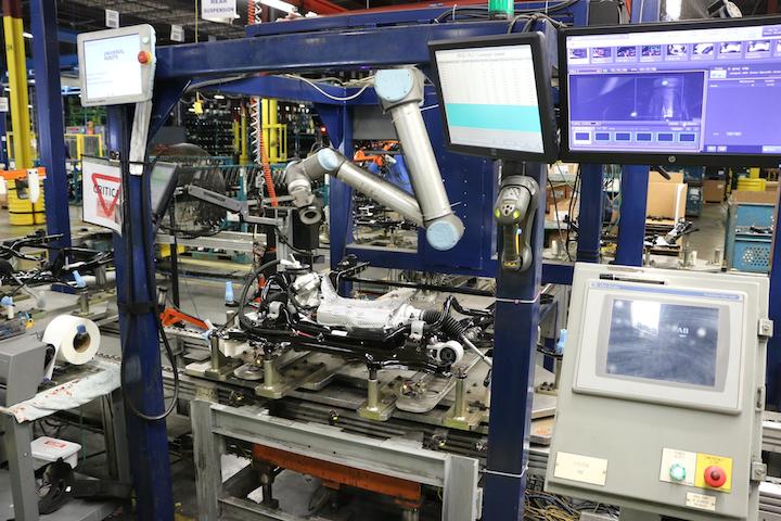 Comprehensive Logistics chequea la unidad conectora del arnés de cables del subconjunto en altos volúmenes con la ayuda de un cobot flexible y un sistema de inspección con cámaras.