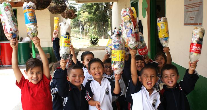 La Fundación promueve el llenado de botellas con residuos de empaques flexibles generados en escuelas y hogares, para transformarlos en madera plástica utilizada para construir parques infantiles, mobiliario urbano y viviendas en beneficio de poblaciones vulnerables.