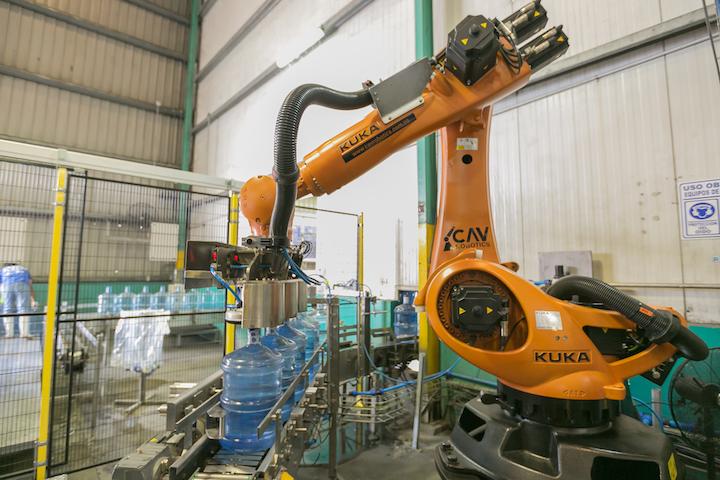 La solución realiza el paletizado de los botellones con una velocidad superior a 1.500 unidades por hora, mejorando el rendimiento de la línea en aproximadamente un 15 por ciento respecto a la operación manual y suprimiendo el proceso que podía generar lesiones dentro de la línea de producción de la compañía.