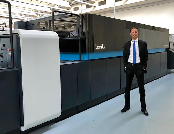 Oliver Bruns, director ejecutivo del Grupo Edelmann, frente a la rotativa LANDA S10, que utiliza un método de impresión digital llamado nanografía.