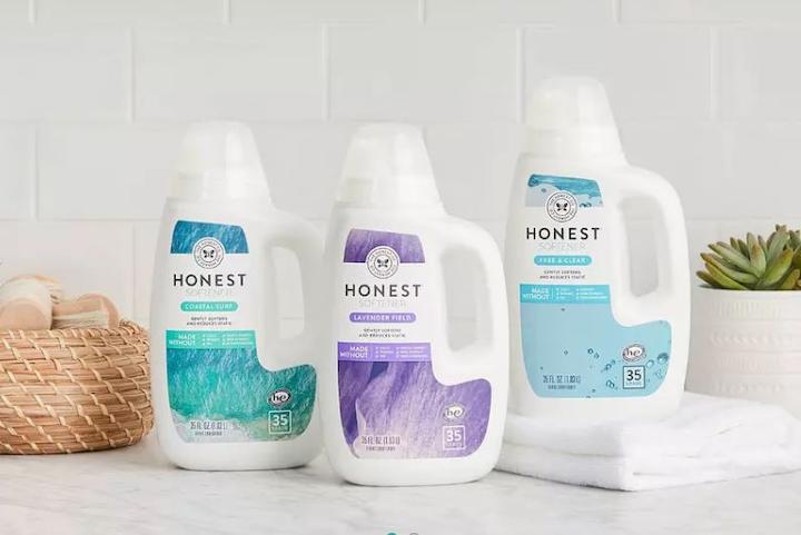 Una nueva botella para los productos de lavandería de The Honest Co. incluye una tapa dosificadora que elimina las fugas de producto durante el envío.