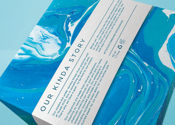 El empaque para suminagashi incluye una historia sobre la importancia de comprar productos ecológicos para reducir la contaminación del océano.