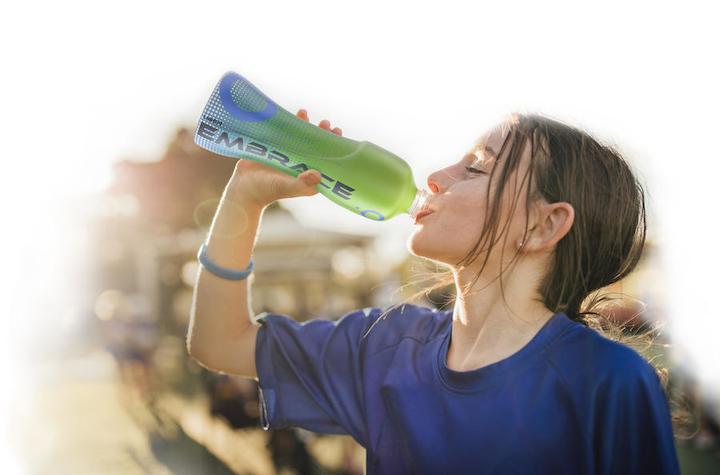 Los nuevos copoliésteres Embrace permiten que las etiquetas de manga retráctil se separen fácilmente de las botellas de PET durante el reciclaje.