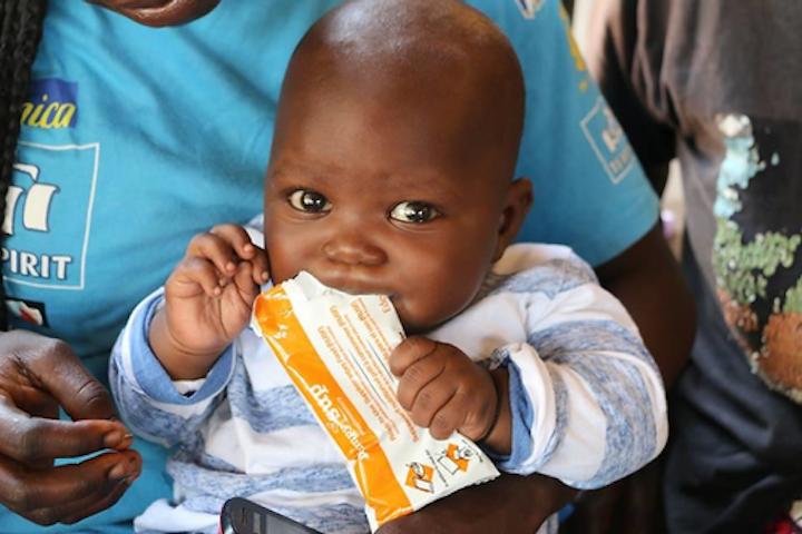 Solo una caja de Plumpy'Nut, que contiene 150 empaques de un alimento terapéutico de alta energía a base de maní –que trata la desnutrición severa— es suficiente para llevar a un niño del borde de la muerte al desarrollo saludable.