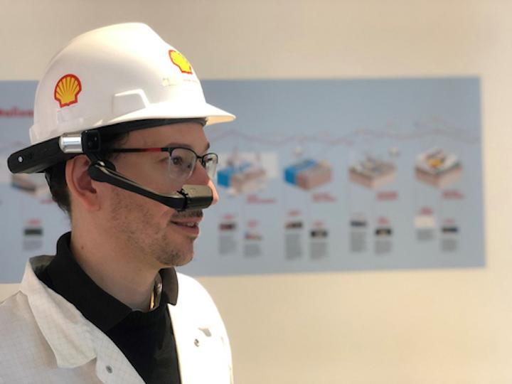 Michael Kaldenbach, líder de realidades digitales de Shell, muestra un dispositivo HMT-1Z1 montado en la cabeza.