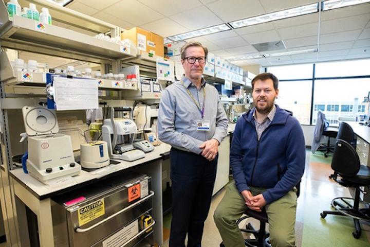 El Dr. Keith Jerome (izquierda), Director del laboratorio de Virología de Medicina de la UW en Seattle, y el Dr. Alex Greninger, Director Asistente del laboratorio, aceleraron rápidamente una prueba para detectar el nuevo coronavirus, SARS-CoV-2. Hasta el 11 de marzo, su laboratorio había realizado casi 3,000 pruebas, con casi 270 resultados positivos.