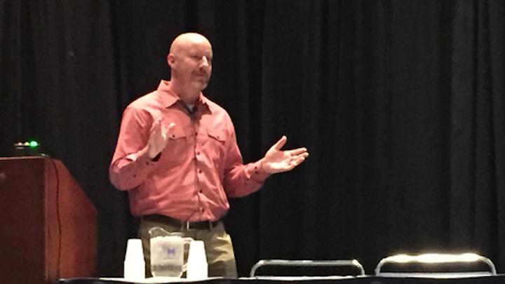 Jim Tassell, arquitecto senior de seguridad de TI de Kellogg, presenta el recorrido de seguridad cibernética del fabricante de alimentos en el Foro de Alimentos y Bebidas de la Feria de Automatización.