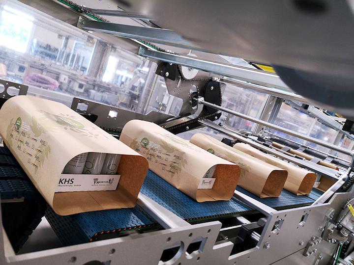 El papel puede reemplazar en este sistema de embalaje de latas a la película retráctil o al embalaje de cartón para su transporte o venta en paquetes de 12 o 24 unidades en el rango de alta capacidad, de hasta 90.000 latas por hora.