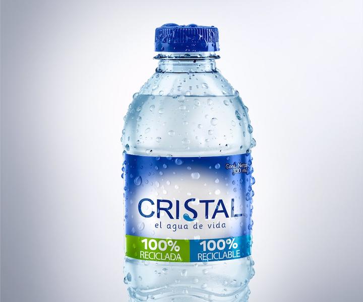Botella Ecopack de Postobón para Agua Cristal hecha a base de plástico 100% reciclado y 100% reciclable. Las botellas se lanzaron en enero de este año al mercado en presentaciones de 300 ml y 600 ml, y la gigante de las bebidas en Colombia espera que a finales de 2020 todas las presentaciones en PET sean en este tipo de botellas.