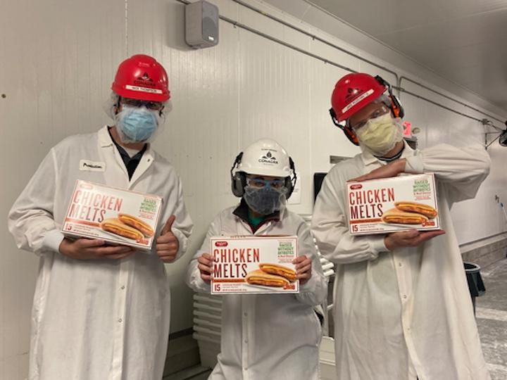 Los miembros del equipo de la planta de Milwaukee de Conagra Brands, Nick Thompson, Xiomaris Mendez y Jake Rozenberg exhiben con orgullo los productos Chicken Melts que ahora se producen de manera más sostenible.
