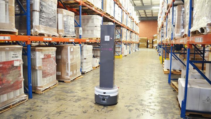 Robot móvil autónomo SmartGuardUV en funcionamiento en un almacén.