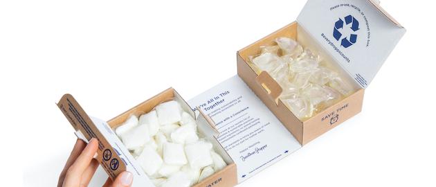 El embalaje para el pedido de Dropps de 64 unidades es una construcción única de dos cajas de cartón corrugado de flauta E, cada una con 32 cápsulas, que están conectadas en la parte inferior con un panel perforado.