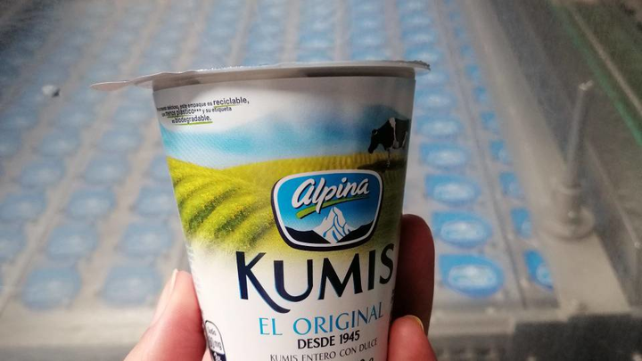 El tradicional vaso para el Kumis de Alpina, anteriormente totalmente fabricado con plástico, contiene ahora cerca de 40% de papel producido a partir de bagazo de caña.