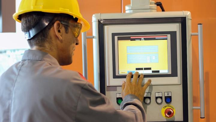 Trabajador de planta accediendo al sistema HMI.