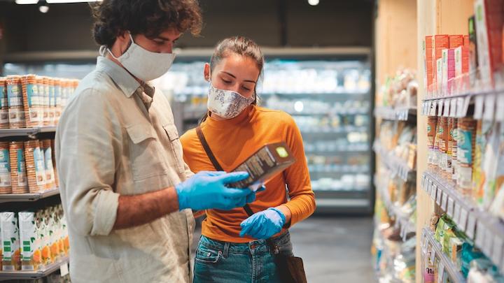 Como era de esperar, el COVID-19 es la principal prioridad para los consumidores, con un 64%. Lo que lleva al medio ambiente al segundo lugar con un 49%.
