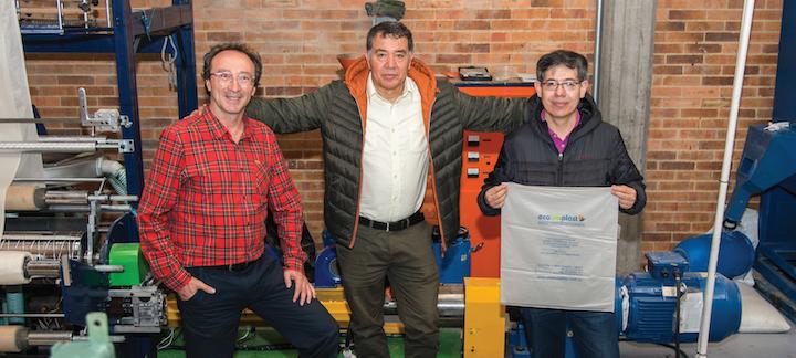 Investigadores y empresarios colombianos quienes desarrollaron las bolsas hidrosolubles a partir de material de almidón de yuca.